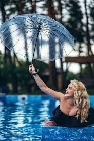 Красивая блондинка в стиле винтаж в черном винтажном купальнике отдыхает в  бассейне | Премиум Фото
