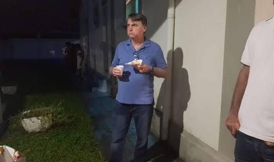 Resultado de imagem para bolsonaro comendo