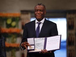 Le Dr Mukwege exhibant les insignes du Prix Nobel de la Paix