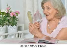 Una anciana con pintalabios.
