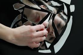 Почему смотреть в разбитое зеркало - к несчастью