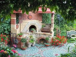 Загородный дом в стиле кантри, сад и беседки в деревенском стиле