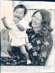 Vintage Photos 1975 Photo vietnamienne Enfant Fille Orphan Nurse Myrna  Fisher Jouant Sacramentaire CA: Amazon.fr: Cuisine & Maison