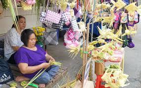 Tìm về tuổi thơ với đồ chơi thắt bằng lá dừa - Báo Cần Thơ Online