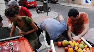 Comida de la basura para alimentar a los españoles afectados por la crisis  - RT