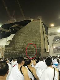 تعرف على سر باب الكعبة المغلق الذي كشفت عنه عاصفة مكة طقس العرب