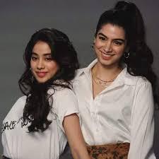 janhvi kapoor turns makeup artist for