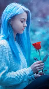 خلفية بنت مع شعر ازرق وردة حمراء بدقة عالية Hd