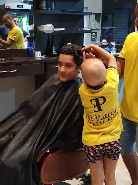 """Resultado de imagem para Amigos raspam a cabeça para ajudar garotinha que enfrenta doença rara"""""""