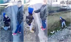 VIDEO) Un băiat este umilit de alţi copii. Copilul e pus să se roage în genunchi, apoi aruncat într-un șant - SuceavaLIVE