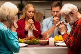 Famiglia che prega alla vista frontale della tavola di cena | Foto ...