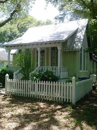 Green Love The Tiny Yard With White Picket Fence Cottage House Exterior Small Cottage Homes Small Cottage House Plans