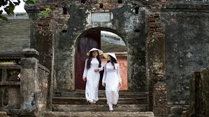 Women wearing Vietnamese ao dai granted an imperial favor