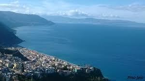 Bagnara Calabra con lo sfondo dello Stretto di Messina Foto ...