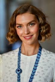 hairstyles for fine curly hair