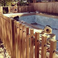 Modern Timber Pool Fence 40x40mm Battens With Steel Rail Backyard Pool Landscaping Diy Pool Fence Pool Fence