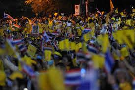 กลุ่มคนเสื้อเหลือง รวมตัวแสดงพลังปกป้องสถาบัน