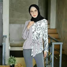Kalau yang wanita, rok batiknya itu oke juga dengan atasan kebaya yang soft color. 82 Model Baju Batik Atasan Wanita Modern Terbaru 2020