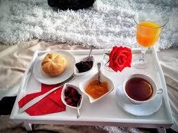 Niedzielne śniadanie do łóżka jest cudownym rozpoczęciem dnia