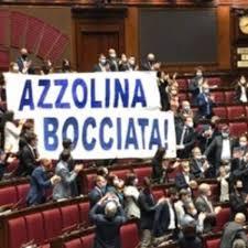 Azzolina bocciata, striscione della Lega esposto in Aula durante ...
