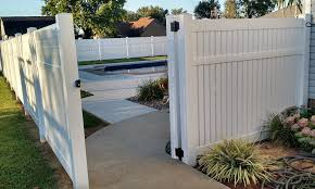 Vinyl Semi Privacy Fencing Offers The Perfect Balance Of Style And Seclusion With Images Fence Vinyl Fence Garden Gates