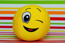 صور لـ وجه جذاب مضحك مرح غمزة مبتسم حلو الأصفر