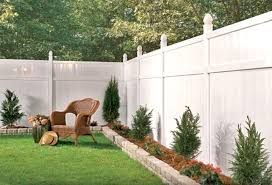 White Vinyl Fence With A Small Raised Border Very Cute And Clean Backyard Fences Backyard Privacy Fence Landscaping