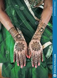 Indianska Panna Mloda Pokazuje Menhdi Henny Tatuaz Na Tylnej Rece