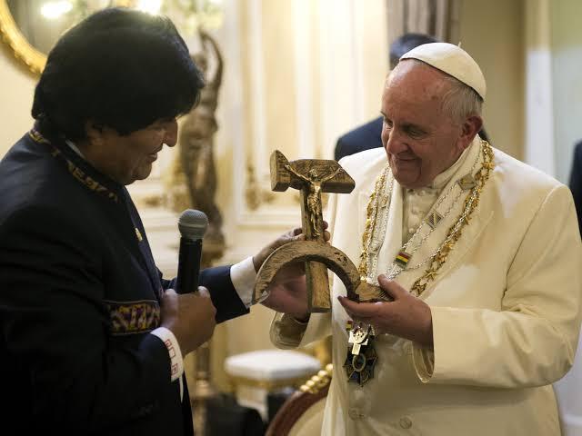 """Resultado de imagem para papa recebendo cruz com foice e martelo de evo morales"""""""