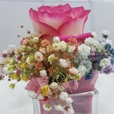 باقة ورد طبيعي بإناء زجاجي مربع صغير أنفاسك زهور