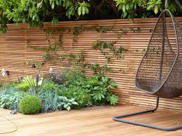 Modern Horizontal Plywood Fence For Backyard Design Feature Beautiful Natural Fence Ideas Wooden Garden Garden Screening Garden Privacy