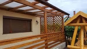 terasa din lemn acoperita cu