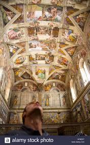Maschio guarda turistico fino al soffitto della Cappella Sistina per  ammirare gli affreschi di Michelangelo il Museo del Vaticano Roma Italia  Foto stock - Alamy
