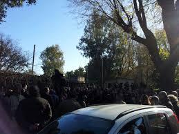 ROMA. La polizia per sedare la protesta dei fans di Pino Daniele che  gridano