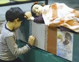 وداع جانسوز فرزندان شهید جواد اللهکرم با پیکر پدر + فیلم