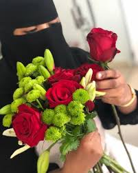 بالصور تعر ف على قصة أول سعودية كفيفة تقتحم سوق تنسيق الزهور