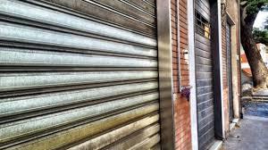 Pandemia Covid-19, nuovo decreto: stop totale a tutti i negozi ...