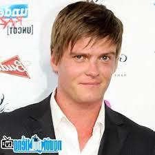 Nam diễn viên truyền hình Adam Tuominen