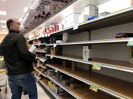 Coronavirus, scaffali vuoti nei supermercati a Milano