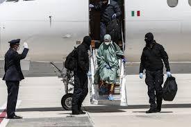 Silvia Romano arriva in Italia col velo islamico, si è convertita ...