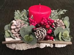 Centrotavola con candela su base di tronco con pigne naturali e ...