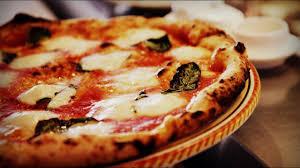 Coronavirus, pizzeria aperta con due amici ai tavoli: tre denunce ...