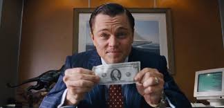 Photo de Jordan Belfort tenant un billet entre les mains