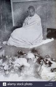 Gandhi si siede in lutto dal corpo di sua moglie Kasturba 1944. Kasturba  Gandhi moglie del Mahatma Gandhi sul suo letto di morte presso il Palazzo  dell'Aga Khan, a Pune, nello Stato