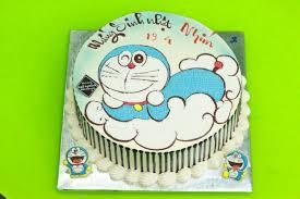Bánh sinh nhật vẽ hình doremon đang nằm trên đám mây ngộ nghĩnh ...