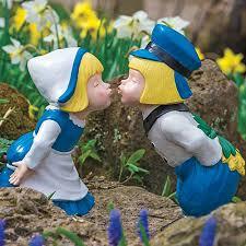 kissing dutch couple statues breck s