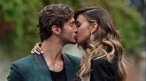 Belen e Stefano beccati in un bacio appassionato in discoteca