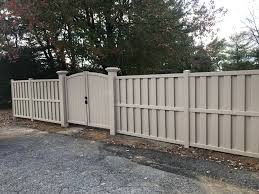 This Double Gate With A Continuous Arch Adds A Nice Touch To This Beautiful Shadowbox Vinyl Fence Style Colorado Vinyl Privacy Fence Vinyl Fence Outdoor Space