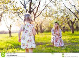Счастливая мать и ее маленький день дочери весной Стоковое Фото -  изображение насчитывающей трава, женщина: 64954304