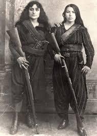 Две армянские женщины позируют с винтовками, перед походом на ...